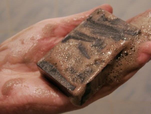 Копеечное средство поможет! Этот поистине волшебный брусочек абсолютно натурального мыла (в его составе нет ни красителей, ни консервантов, ни даже парфюмерной отдушки) давно известен своими лечебными свойствами, поэтому он довольно успешно применяется в